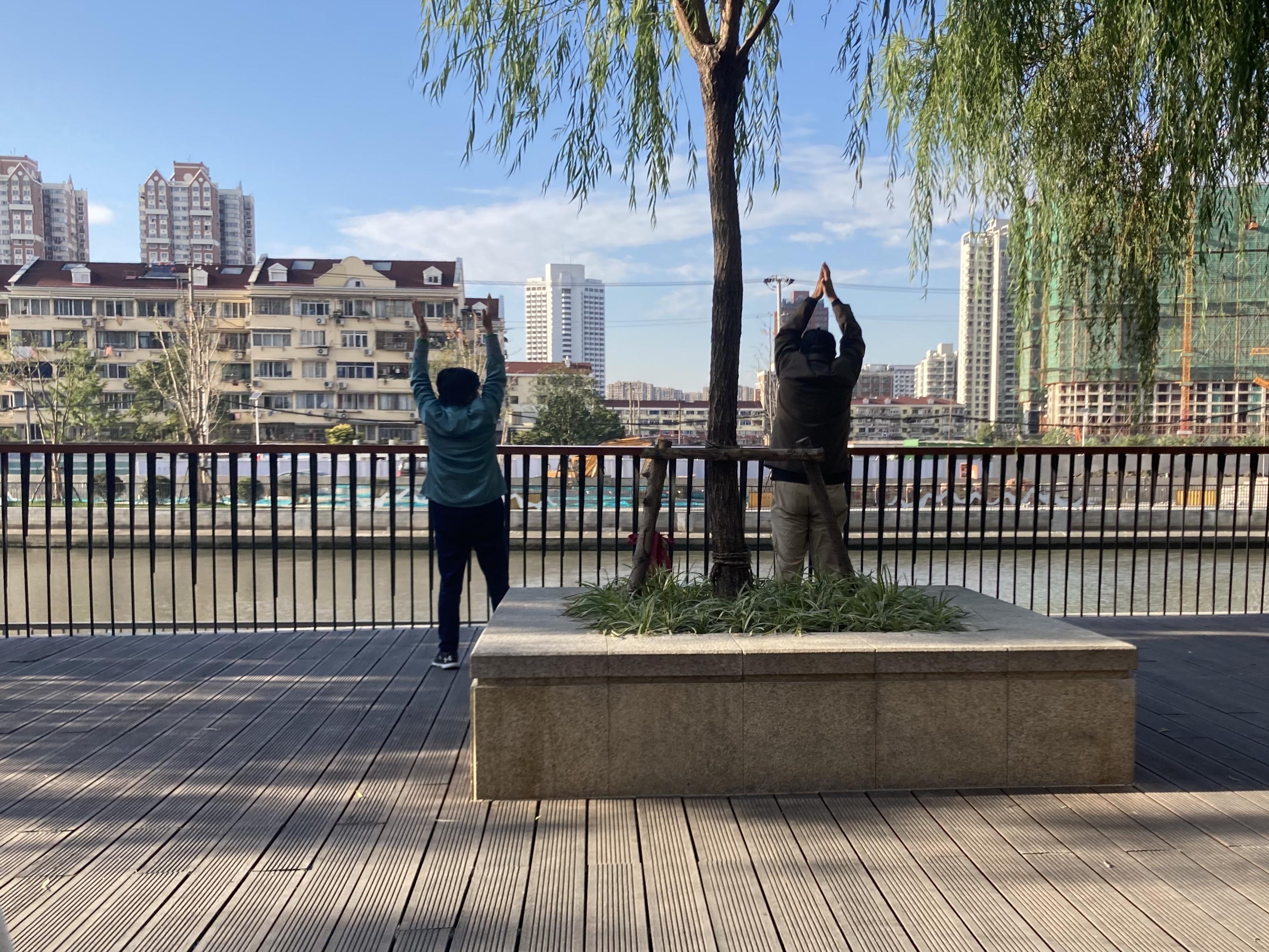 在武宁路桥附近的步道上健身的居民。 澎湃新闻记者 沈健文 摄