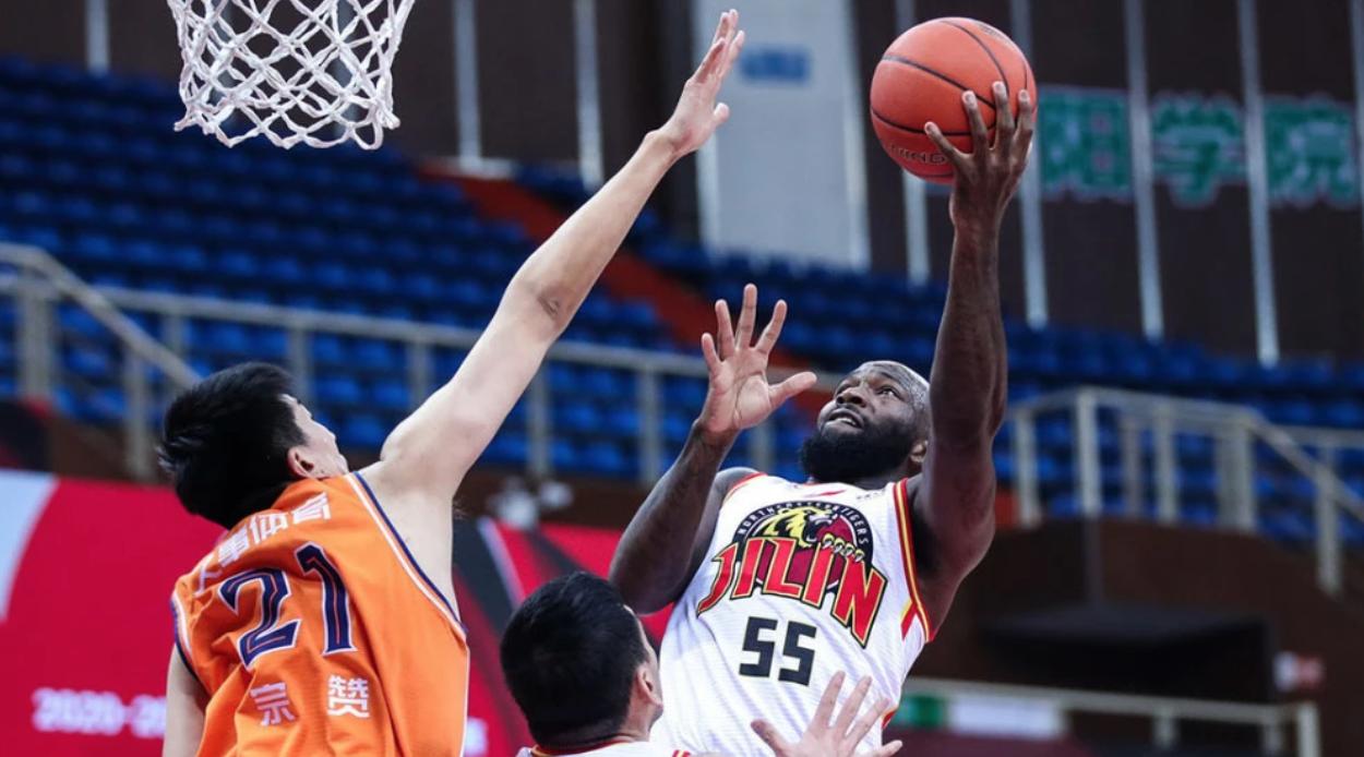 裁判对于上海男篮在最后时刻的判罚引发争议。
