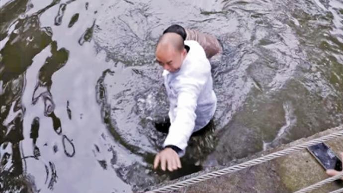暖闻|21岁小伙跳河轻生,宁波一厨师两次下水救起