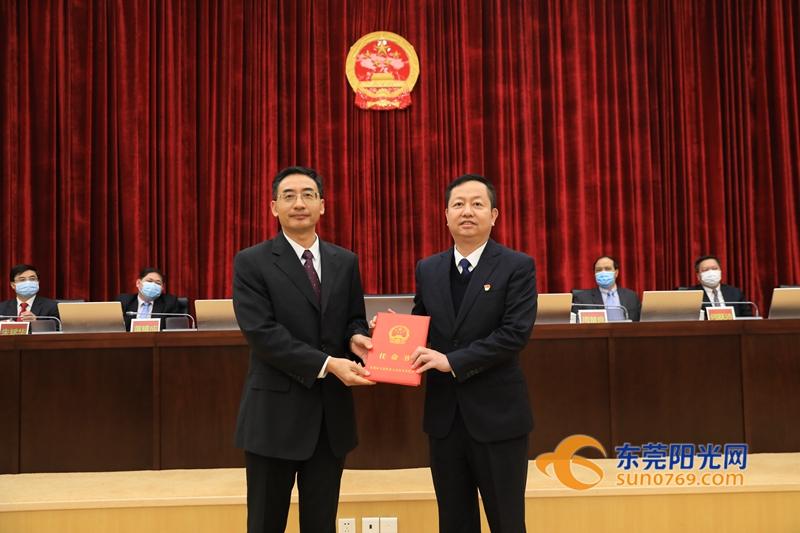 东莞市人大常委会常务副主任潘新潮为新任命的副市长、市公安局局长周兆翔(右)颁发任命书。程永强 图