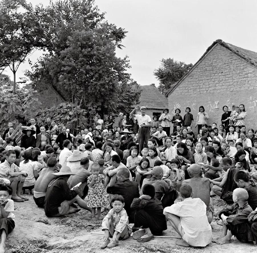 1958年6月,嵖岈山公社开会生产队大会讨论生产。