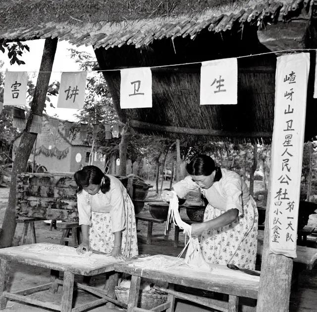 1958年6月,嵖岈山公社食堂正为社员打算午餐,擀面条。