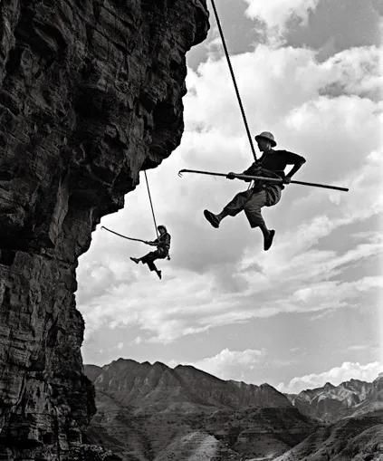 《凌空除险》,红旗渠工地,1961年8月