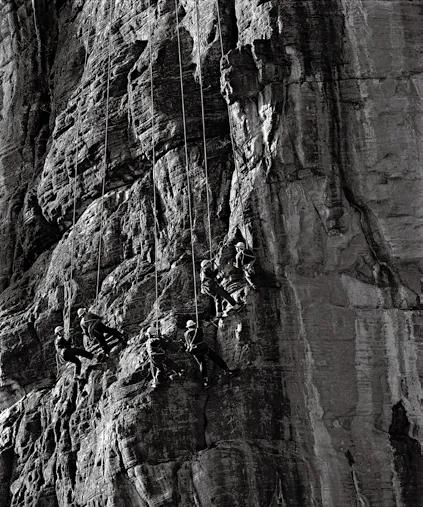 《英雄悬崖整天开凿》,红旗渠工地,1961年8月