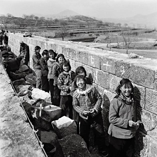 《为红旗渠精心填泥缝的姑娘们》,红旗渠工地,1963年4月