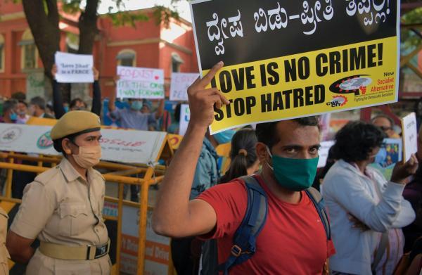 2020年12月1日,印度班加罗尔,一名民权活动人士手持标语牌,抗议印度人民党发起的将穆斯林男子与印度教妇女通婚定为犯罪的州法。