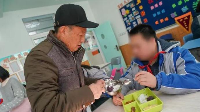 孙子患自闭症,上海这位爷爷在特殊学校陪读9年,没想到……