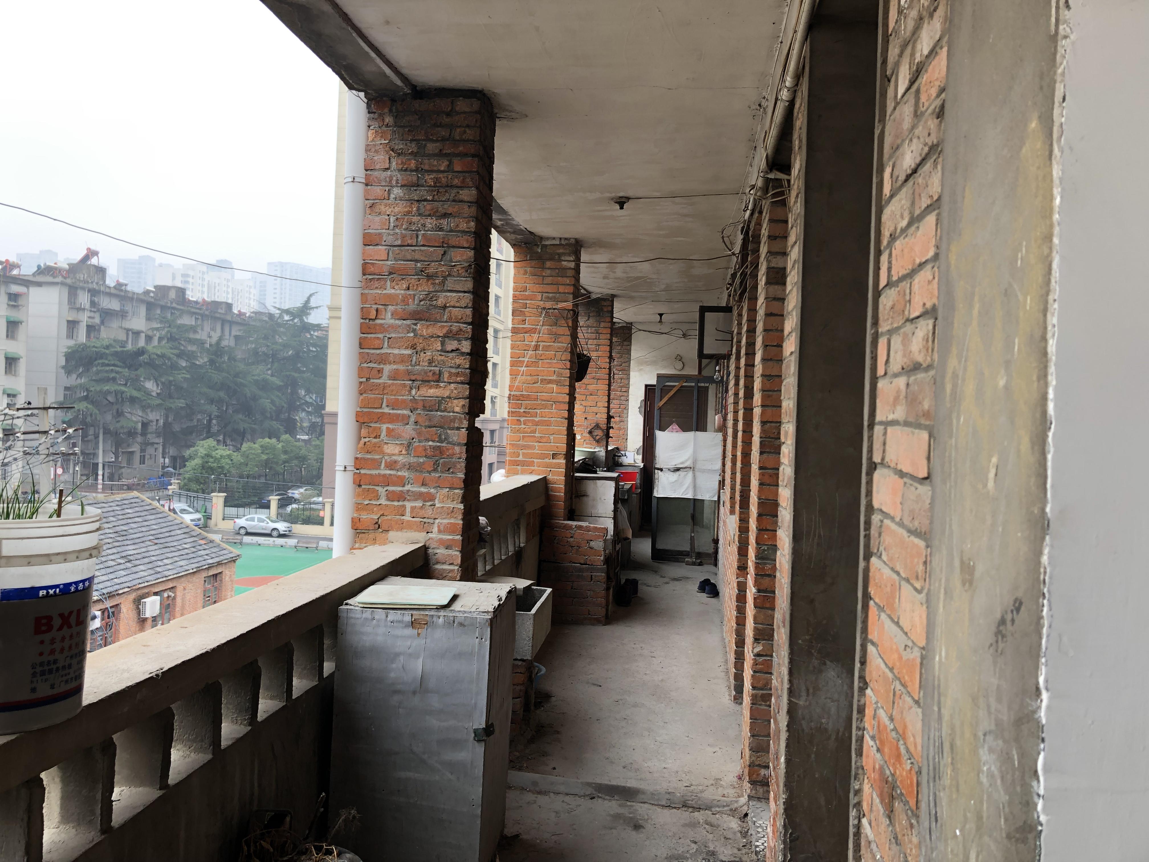 合肥市包河区的安装公司宿舍楼,死者殷建华的家。 澎湃新闻记者 卫佳铭 摄