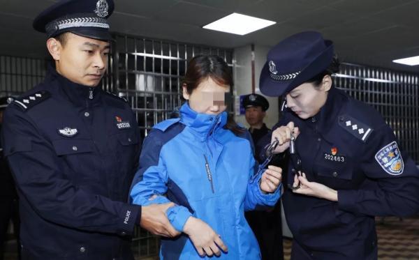 江西警方将劳荣枝押解回南昌。 微博@厦门警方在线 图