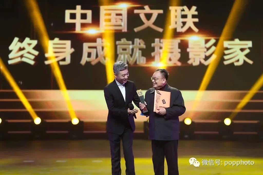 """2020年12月20日,第十三届中国摄影金像奖将""""中国文联终身成就摄影家""""荣誉称号颁给了魏德忠。图片由中国摄影家协会获取"""