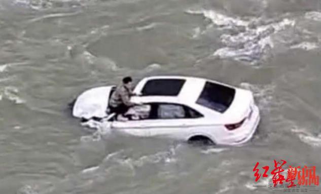↑车辆坠江后,有人趴在车顶