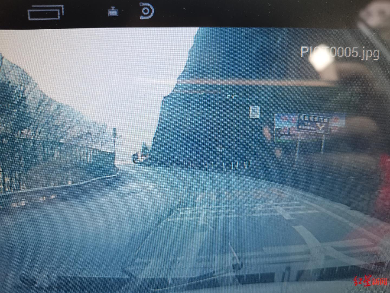↑事发路段附近地面标有限速提示:大车50km/h