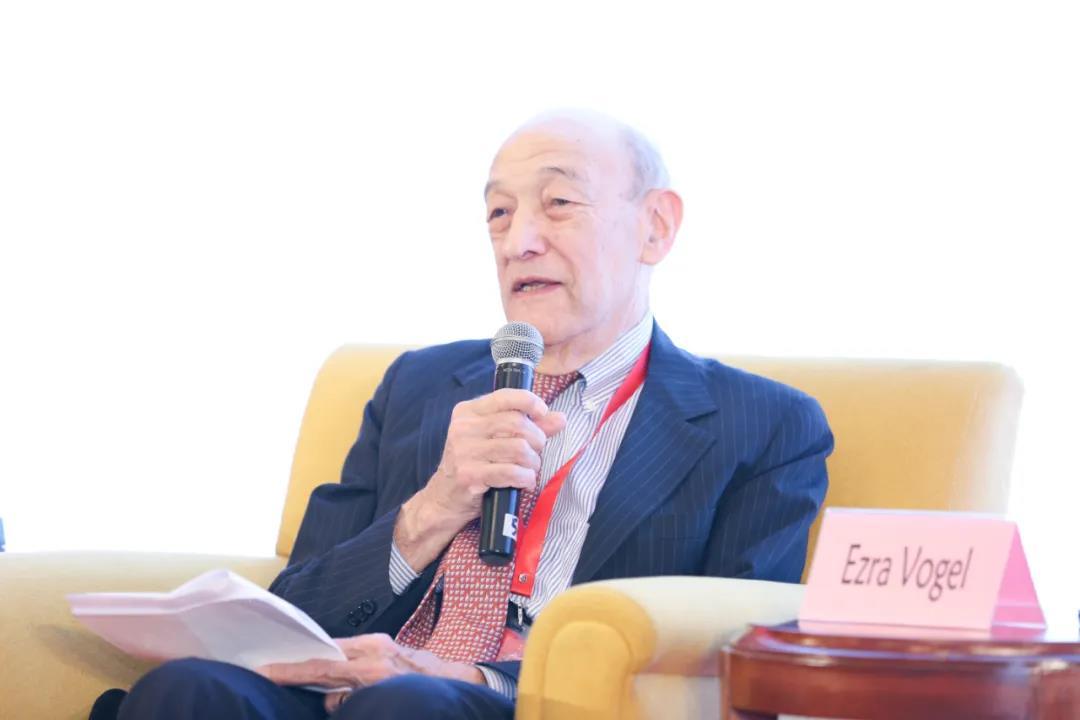"""2018年12月,傅高义在上海市美国问题研究所主办的""""纪念中美建交40周年研讨会""""上发言"""