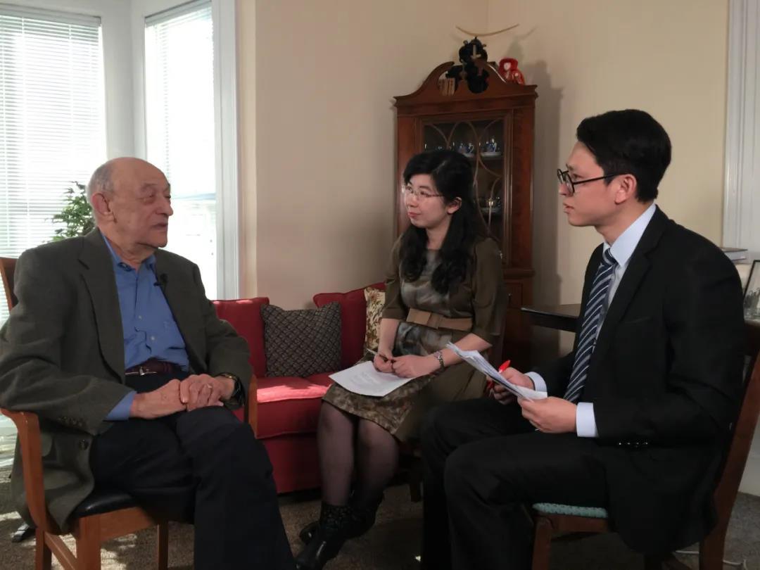 傅高义在美国家中接受澎湃新闻记者采访