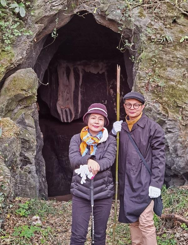 2020年12月5日吴真与王冬亮博士在栖真洞前合影