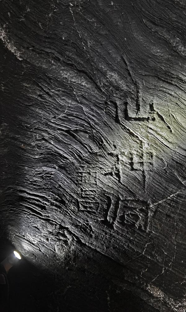 """洞里的石刻上刻着""""仙神洞"""""""