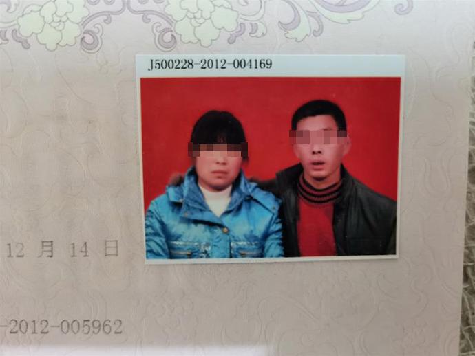 2012年12月14日,刘某会(左)和蒋某银的结婚登记照。