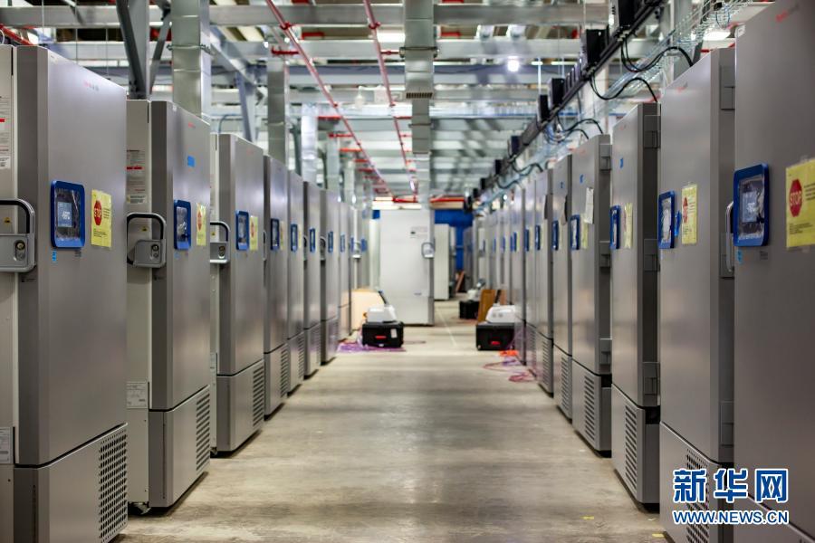 这是美国辉瑞制药有限公司位于美国密歇根州的工厂中用于存储新冠疫苗的冷藏设备。这款疫苗需在零下70摄氏度环境中保存。新华网 图