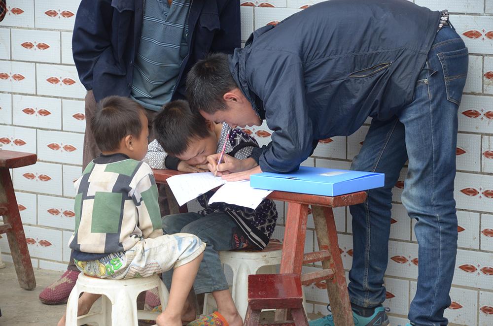 杨明指导学生们做作业 本文图片均为受访者供图