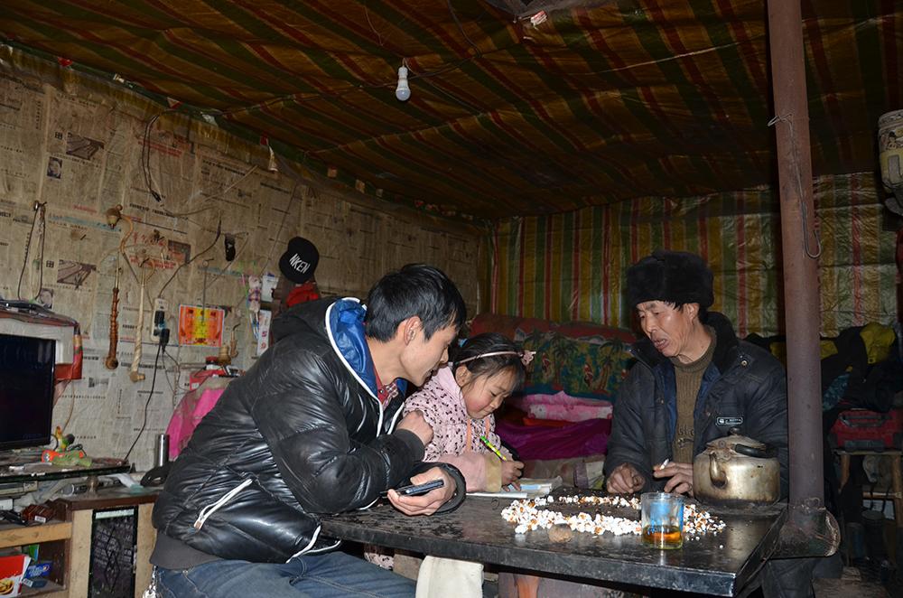 杨明家访时指导学生做作业