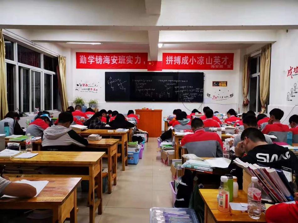 海安班学生在上晚自习。