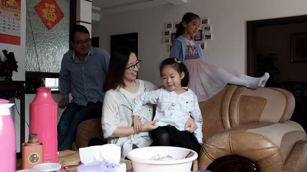 """""""两头婚""""这种婚配模式对既有嫁娶婚配模式提出了挑战。图为浙江杭州西郊一个行政村中的一户人家。2012年和2014年,该户人家的两个女儿相继出生,按照婚前协定,大女儿随男方姓,小女儿随女方姓。 澎湃新闻记者 朱凡 图"""