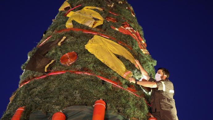 早安·世界|貝魯特一圣誕樹掛消防員制服,致敬爆炸救援人員