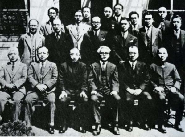 1941年4月日本海军调查课智库合影,后列左起第一应为江泽让尔(藤岡泰周『海軍少将高木惣吉―海軍省調査課と民 間人頭脳集団―』光人社、1986 年、巻頭,如上)。
