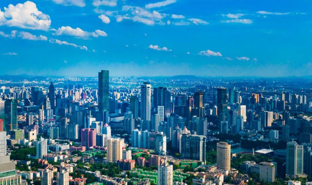 蓝天白云下的南京城。南报融媒体记者 冯芃摄