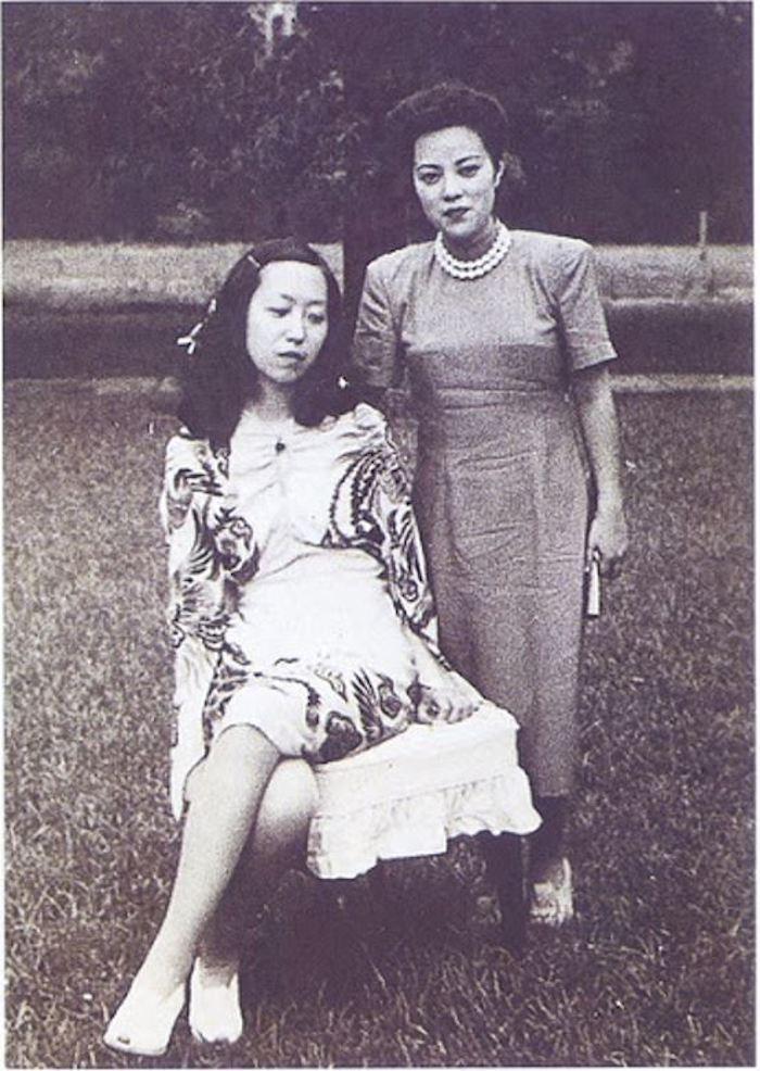 """《对照记》图四十一:张爱玲、李香兰1945年7月21日在上海咸阳路举行的纳凉会上合影;《对照记》误写为""""一九四三年在园游会中""""。"""