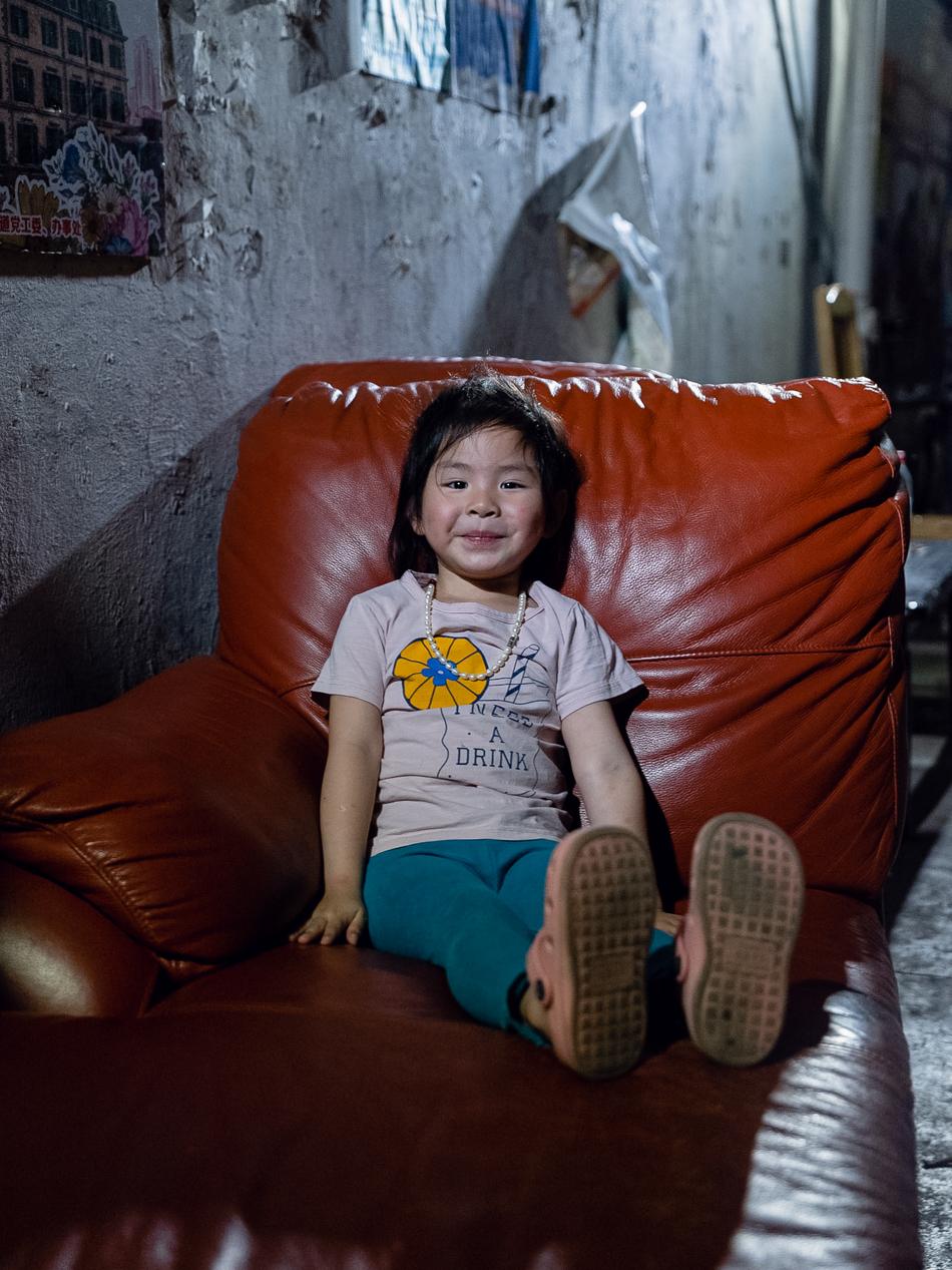 """动迁中的新康里,弄堂口的小女孩,野猫、残瓦、红沙发,是她的童年回忆,上海虹口区峨眉路,2020年6月13日。这是最早的虹口境域,也曾是1863年的""""美租界"""",附近塘沽路口曾建造了上海规模最大的""""三角地菜场"""",电视剧《安家》、《我的前半生》曾在此取景。"""