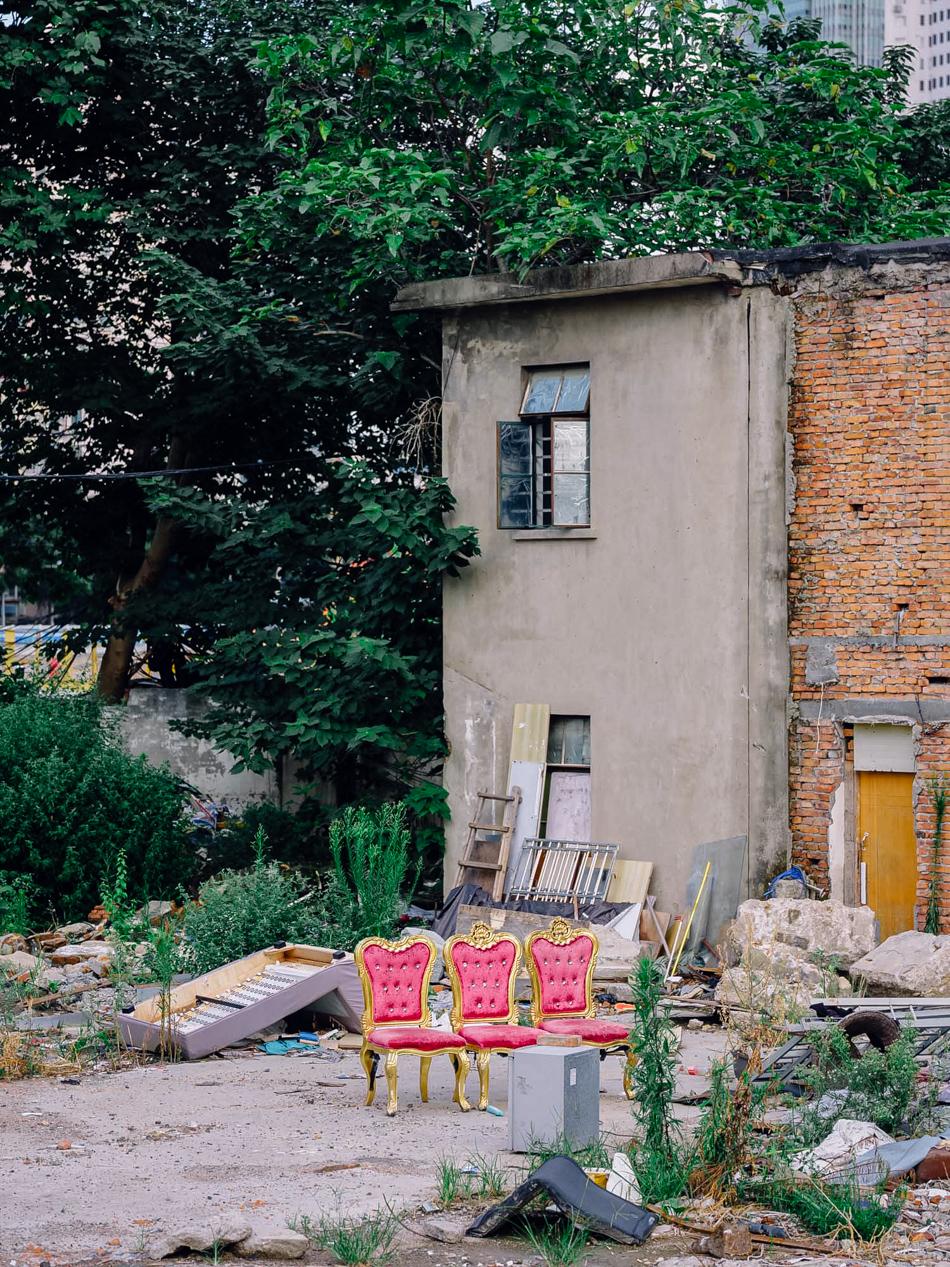 被遗弃在河边的红椅子,上海静安区西苏州路,2020年8月11日。