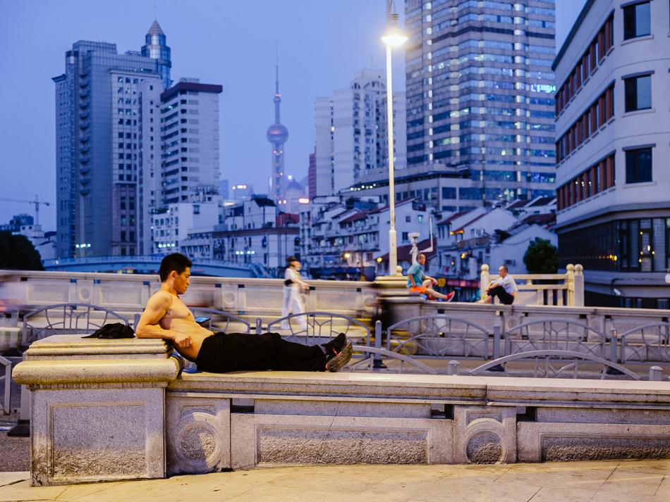 桥上纳凉的工人,他在河对岸的苏河湾工地上班,上海市黄浦区福建路桥,2020年8月17日。