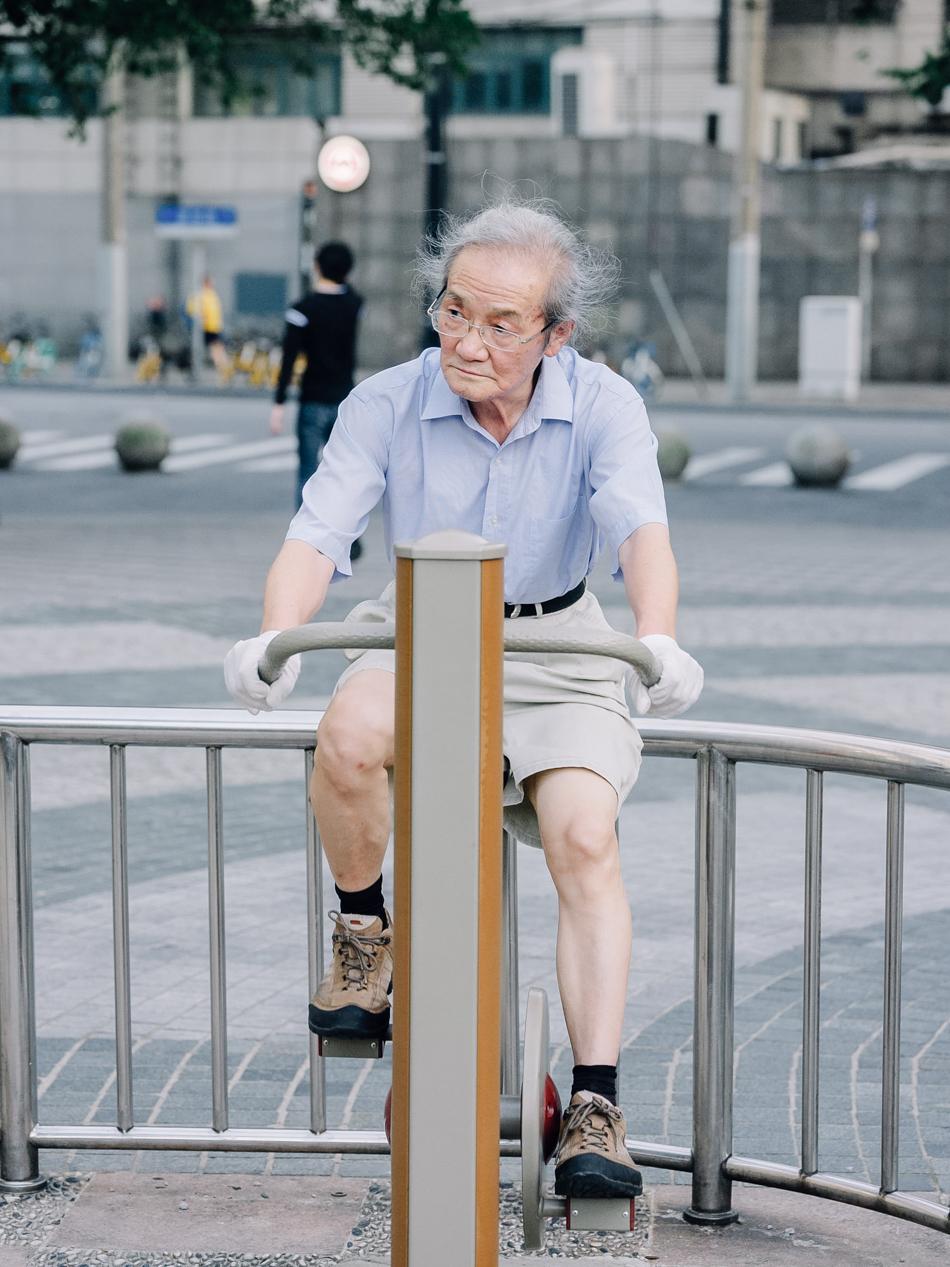 乌镇路桥下健身的老人,上海地铁1号线新闸路站附近,2020年8月31日。