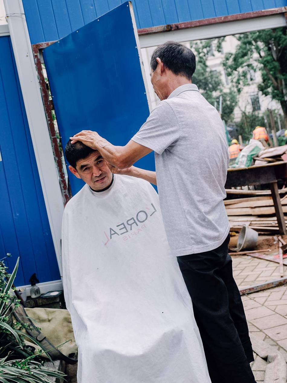 西康路桥底工地,理发的工人,上海普陀区西康路近宜昌路,2020年9月16日。
