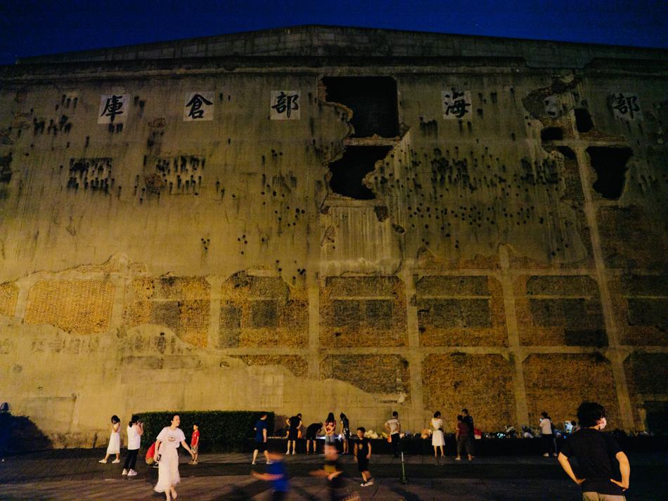在晋元纪念广场参观、凭吊的人,上海静安区晋元路光复路四行仓库外,2020年8月30日。