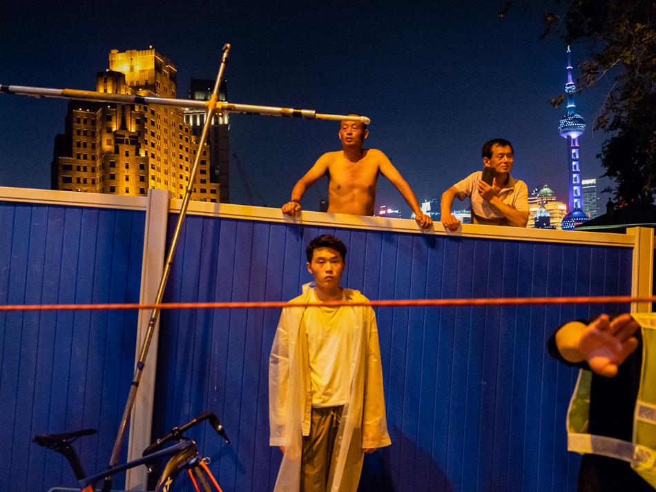 乍浦路桥上有剧组正在拍戏,路边围观的人,和不远处的上海大厦与东方明珠,2020年6月13日。