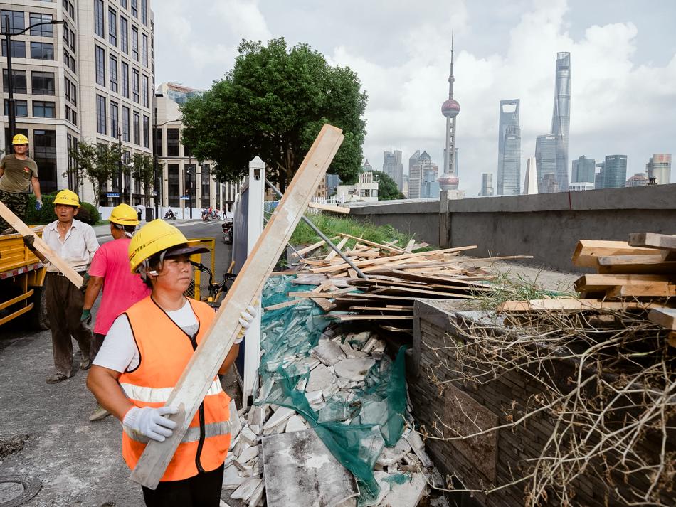 正在建设滨河步道的工人,上海黄浦区,2020年9月1日。
