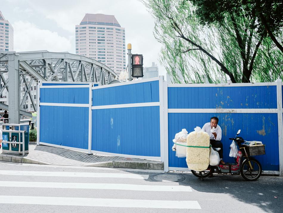 卖膨化零食的老人,正在解决这天的中饭,上海静安区乌镇路桥北岸,2020年9月1日。