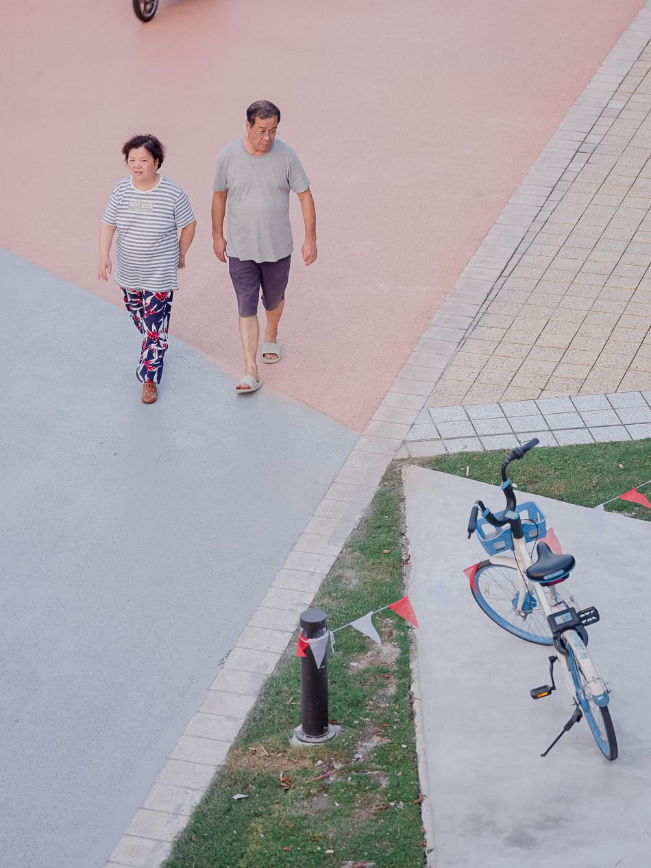 沿南苏州路散步的人,上海黄浦区,2020年8月11日