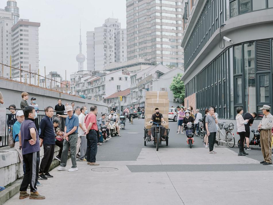 接孩子放学的家长,上海黄浦区南苏州路近福建路桥,2020年9月16日。