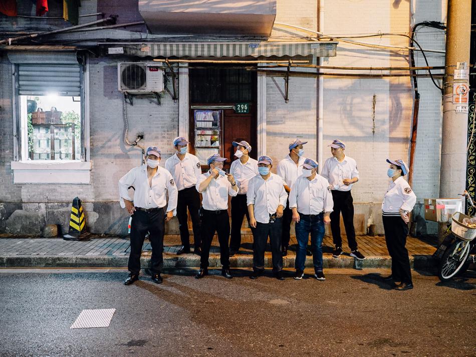 打卡下班的停车协管员,傍晚,上海黄浦区新闸路,2020年8月39日。
