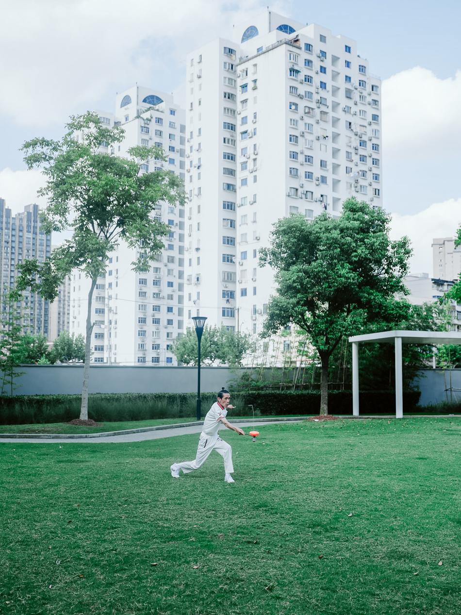 健身的老人,上海市静安区晋元路光复路口,2020年8月31日。