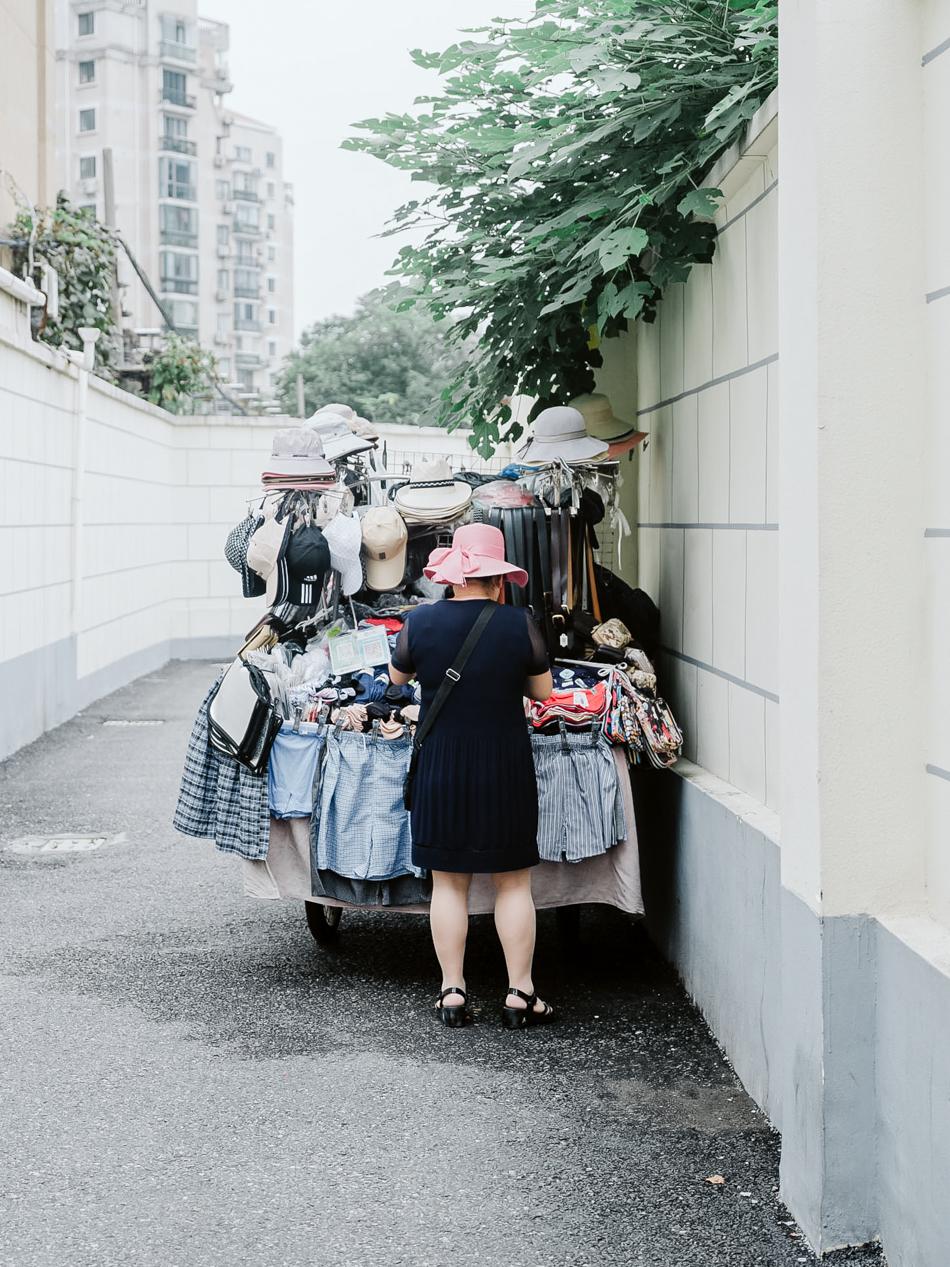 卖小商品的女人,上海静安区西苏州路近安远路,2020年9月16日。
