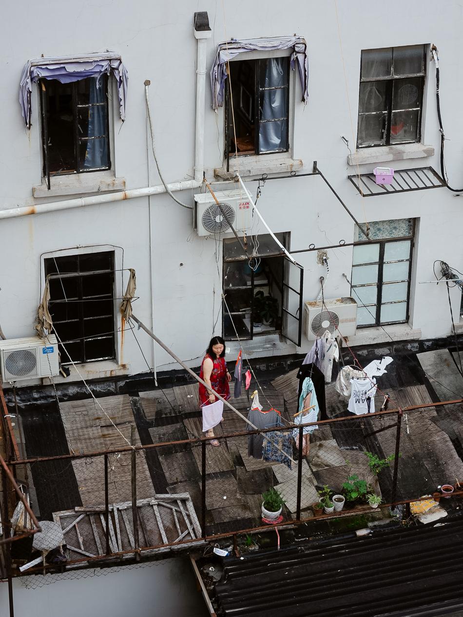 在屋顶晾衣服的居民,上海虹口区四川北路近武昌路处,2020年6月13日。