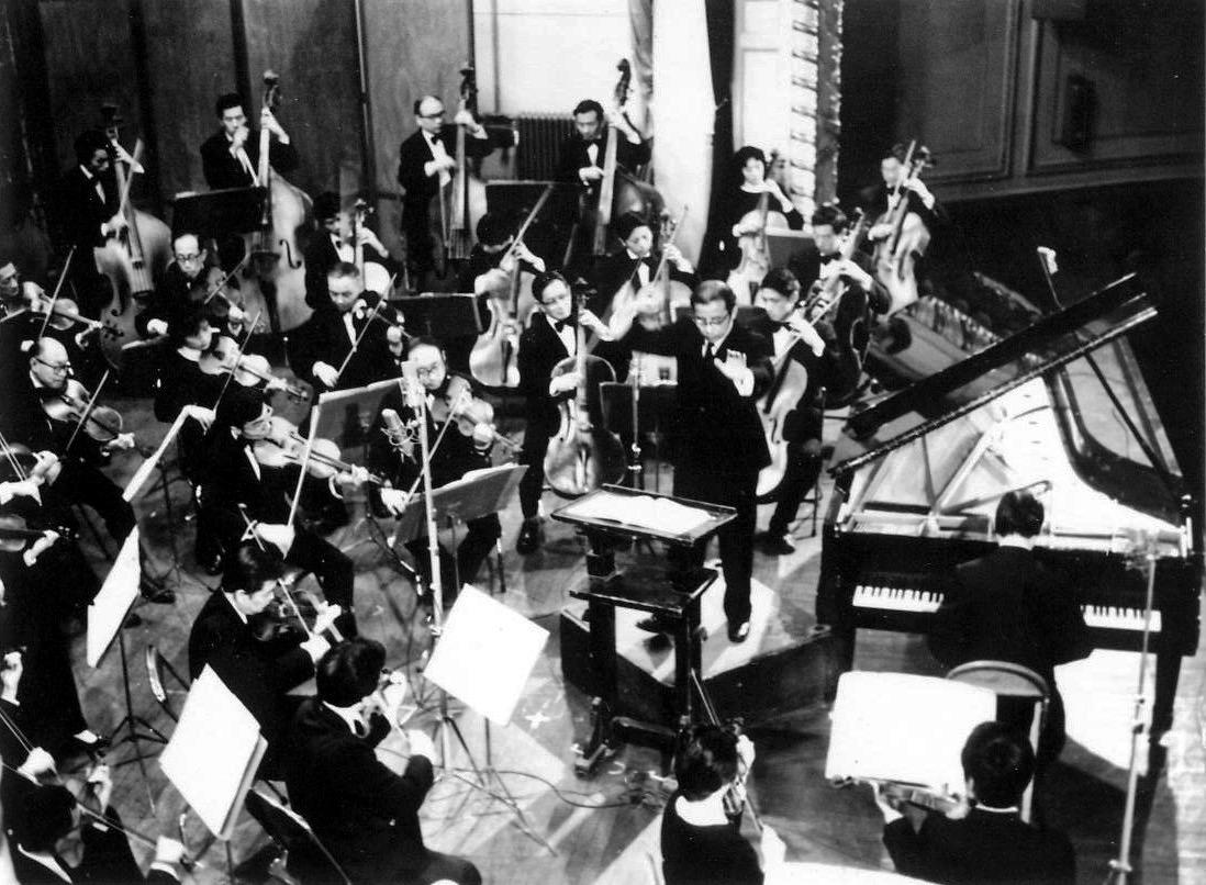 1982年12月6日傅聰于上海音樂廳,與曹鵬指揮的上海交響樂團合作肖邦《第一鋼琴協奏曲》??