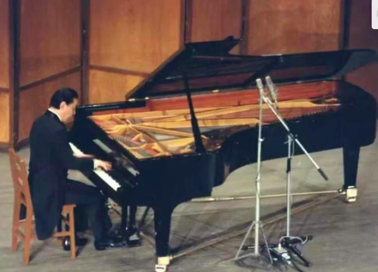 1988年,第十三届《上海之春》音乐会上,傅聪举行钢琴独奏音乐会。
