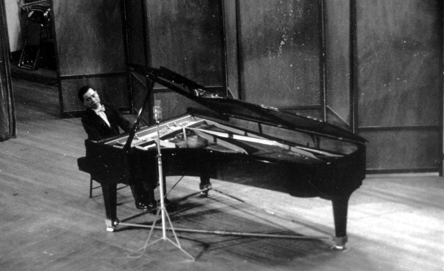 1985年5月9日傅聪于上海音乐厅举行肖邦作品音乐会,半场是独奏曲目,另外半场是他与陈燮阳指挥的上交合作肖邦《第二钢琴协奏曲》。李严欢 供图