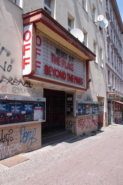 柏林的新偏离电影院,偏离的意思,指的是他们的选片偏离主流,倾向艺术