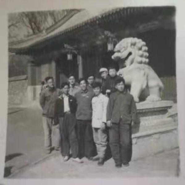 徐世澄和北大西班牙语专业同班同学在北大校门的合影